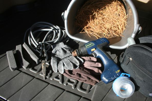 Pine needles, gloves, ventilation plugging materials.